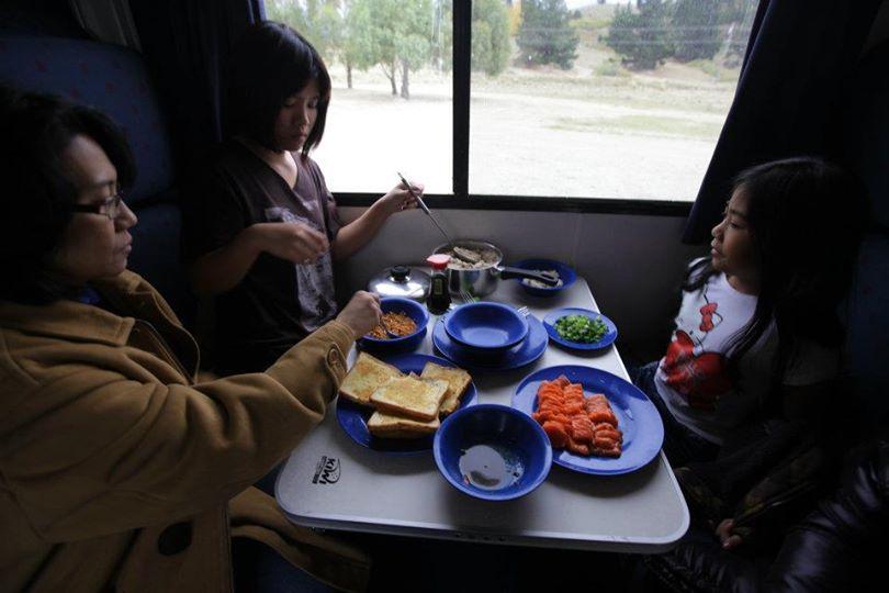 กินอาหารในรถบ้าน